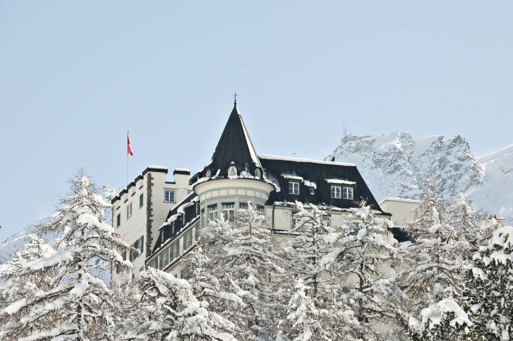 Aussenansicht Hotel Waldhaus Sils im Winter