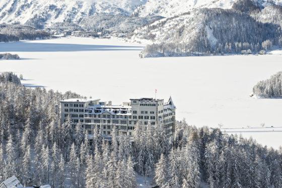 Sicht auf das Hotel Waldhaus Sils und Richtung Silsersee im Winter