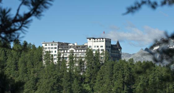 Aussenansicht Hotel Waldhaus Sils im Sommer