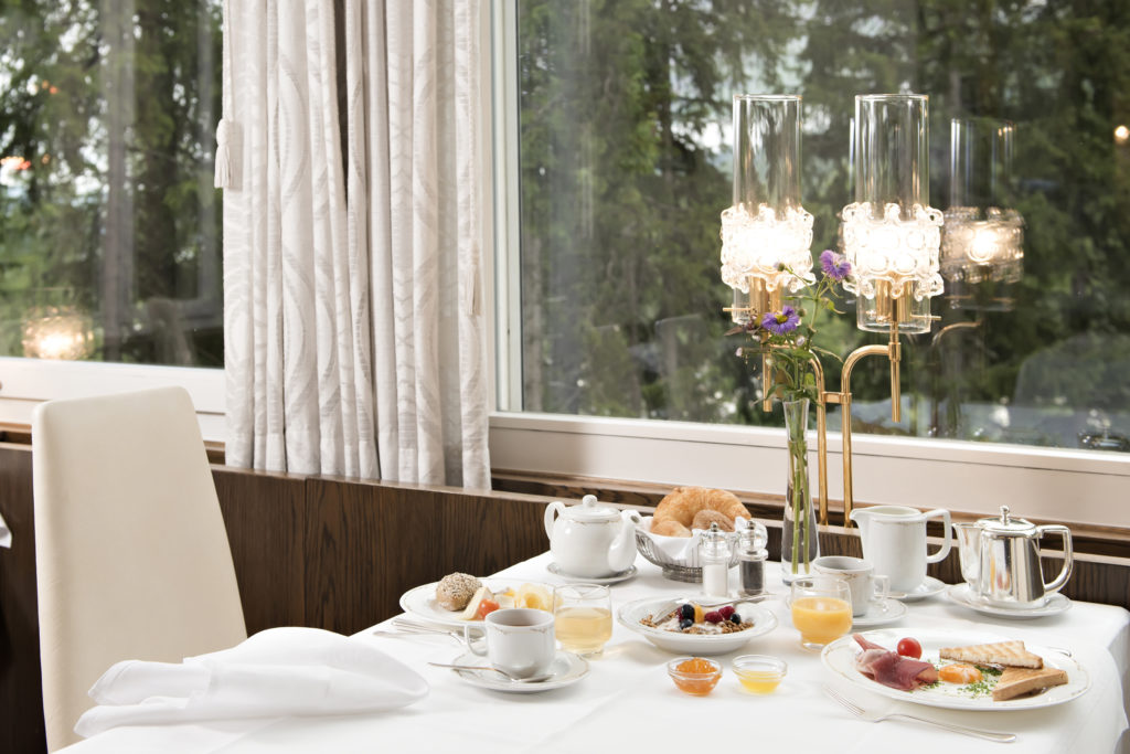 Frühstückstisch im Hotel Waldhaus Sils