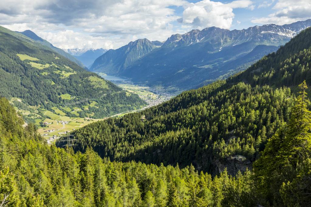 Aussicht auf das Valposchiavo. Im Hintergrund die Ortschaft Poschiavo und der Lago di Poschiavo.