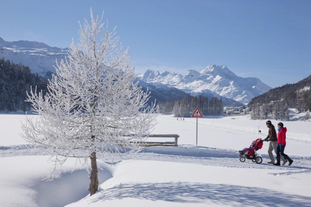 Familie beim Winterspaziergang bei Silvaplana