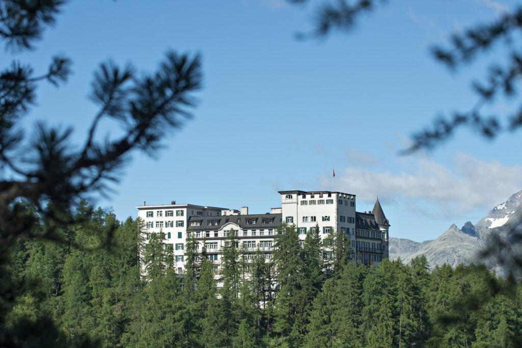 Aussensicht Hotel Waldhaus Sils im Sommer