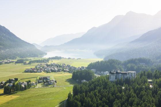 Sicht Richtung Hotel Waldhaus Sils, im Hintergrund der Silsersee