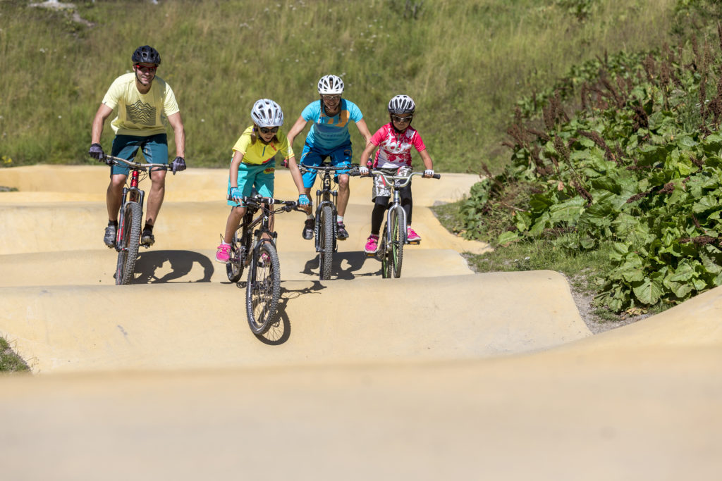 Mountainbiker auf dem Pumptrack Cuntschett Pontresina