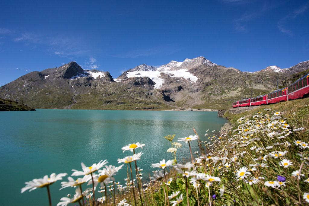 Rhaetische Bahn/RhB - Der Bernina Express entlang des Lago Bianco. Eine Fahrt von den Gletschern zu den Palmen