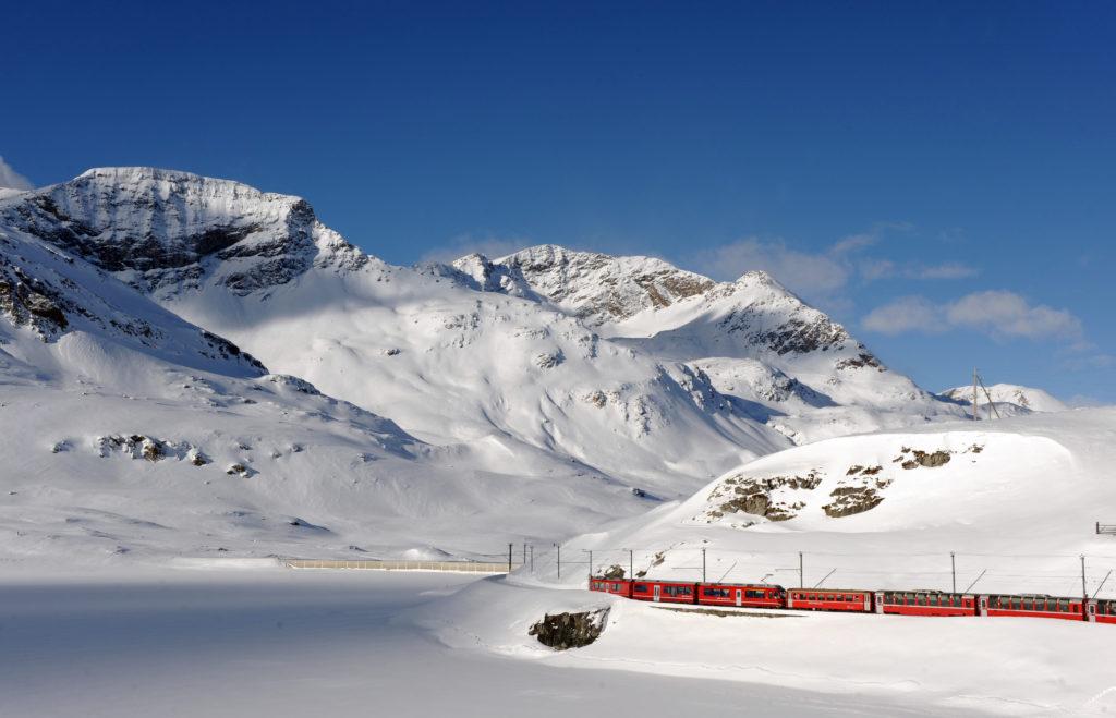 Bernina Express mit dem Lago Bianco im Winter