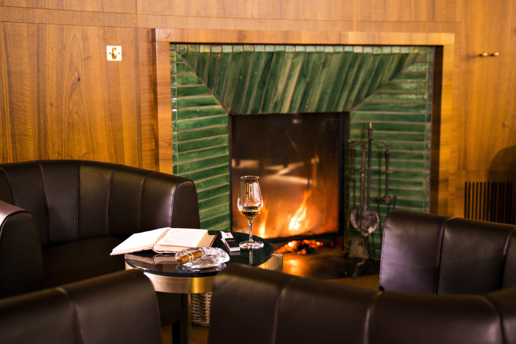 Fumoir mit Kamin im Hotel Waldhaus Sils