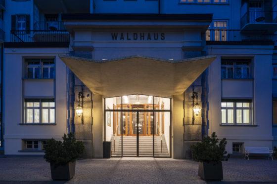 Haupteingang Hotel Waldhaus am Abend