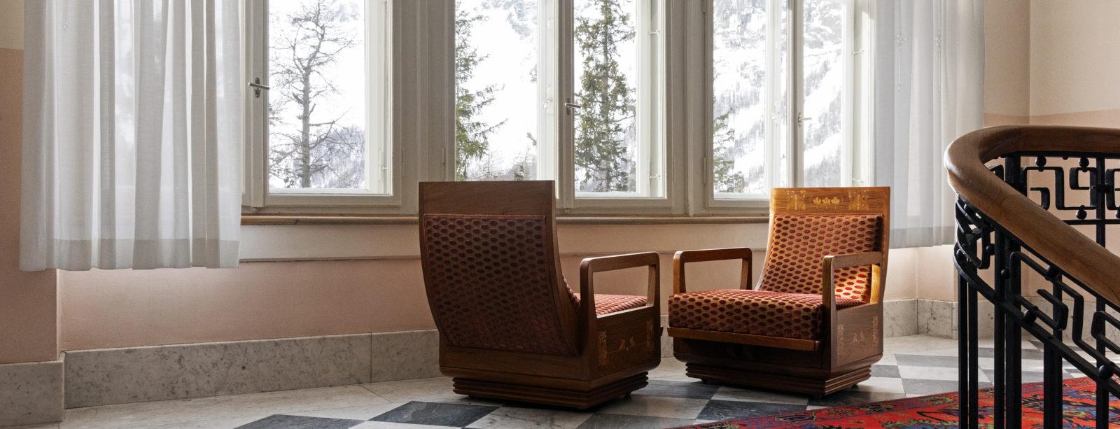 Treppenhaus mit Sitzecke im Hotel Waldhaus Sils