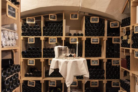Blick in den Waldhaus-Weinkeller vom Hotel Waldhaus Sils