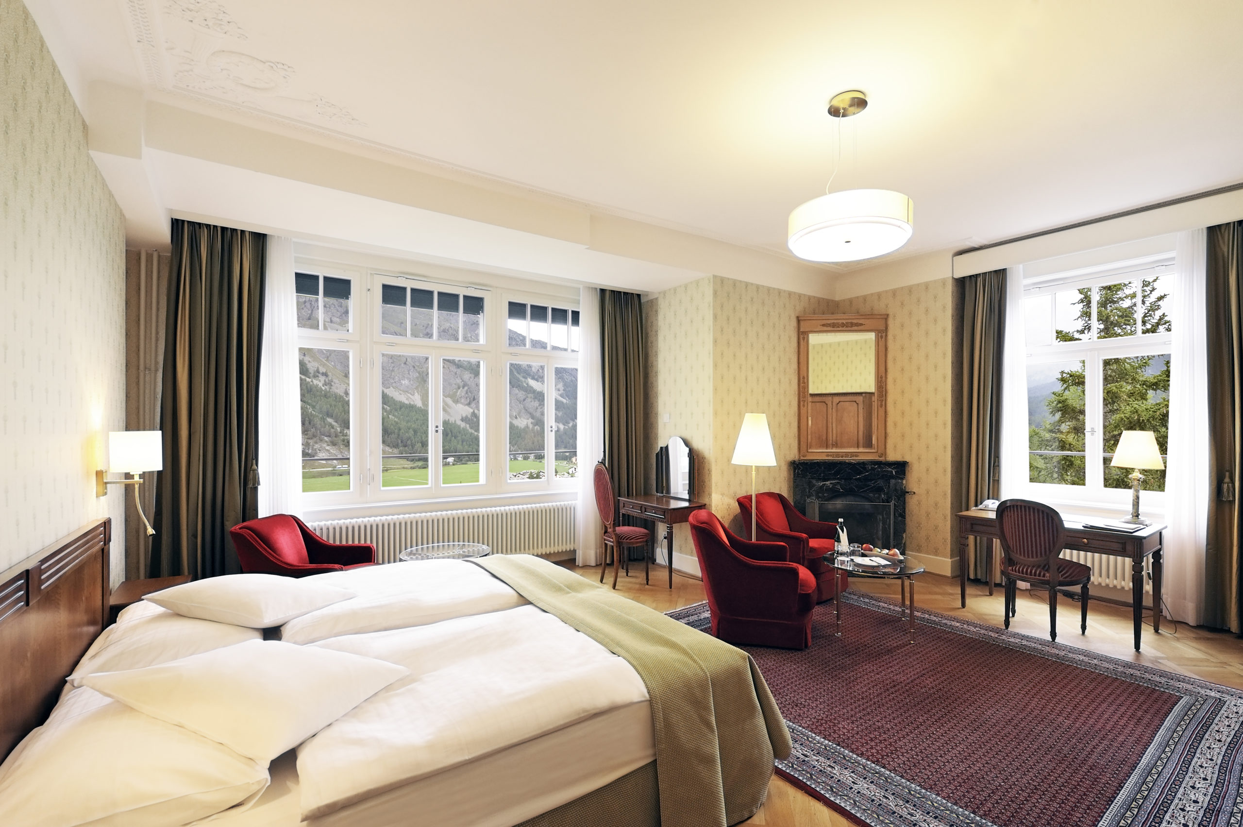 Eckzimmer im Hotel Waldhaus Sils mit Blick Richtung Sils Baselgia und Sils Maria