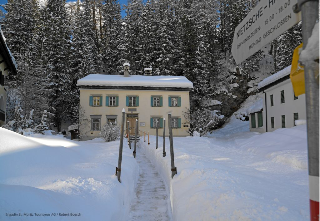 Winterlicher Blick auf das Nietzsche Haus in Sils-Maria