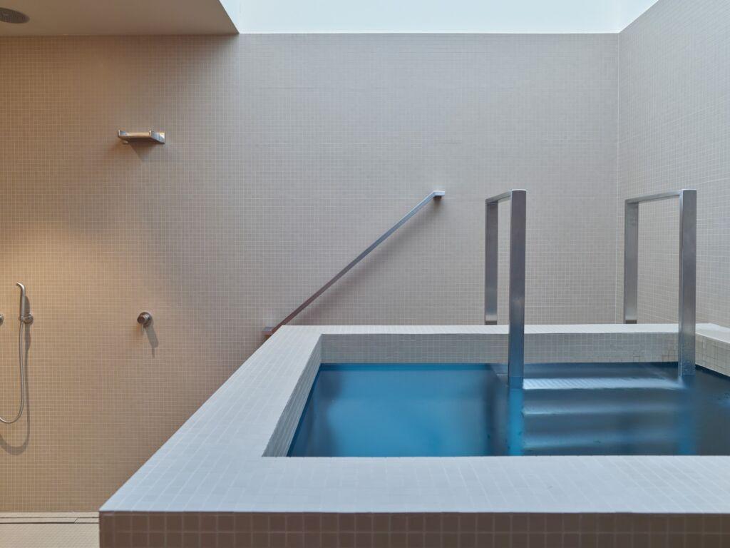 Le bassin d'eau froide dans le spa de l'hôtel Waldhaus Sils